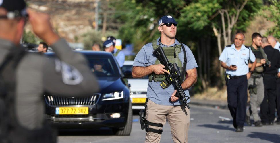 سقوط اسرائيلين بالقرب من حي الشيخ جراح والشرطة تقتل فلسطينياً بدعوى تنفيذه عملية طعن بالقدس وثلاثة يهود يحاولون قتل سائق عربي