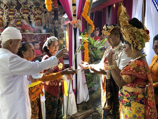 منوعات عالميه:إندونيسية تحضر زفاف حبيبها وغرامة كبيرة لمسافرَيْن كنديَّين و التهاتف يصبح مجانيا
