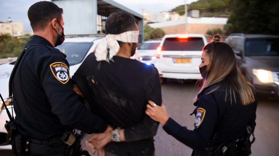 """محاكمة أسرى """"جلبوع"""" الأربعة.. أهالي الناصرة استقبلوهم على باب المحكمة بالهتاف (فيديو)"""