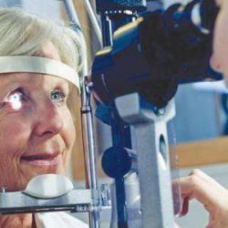 عين ملكة جمال باريس على الوشاح الفرنسي وفحص العين يكتشف خطر الإصابة بمرض القلب
